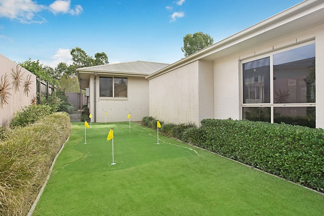 Peppertree at the Vintage, Hunter Valley Holiday House with private putting green